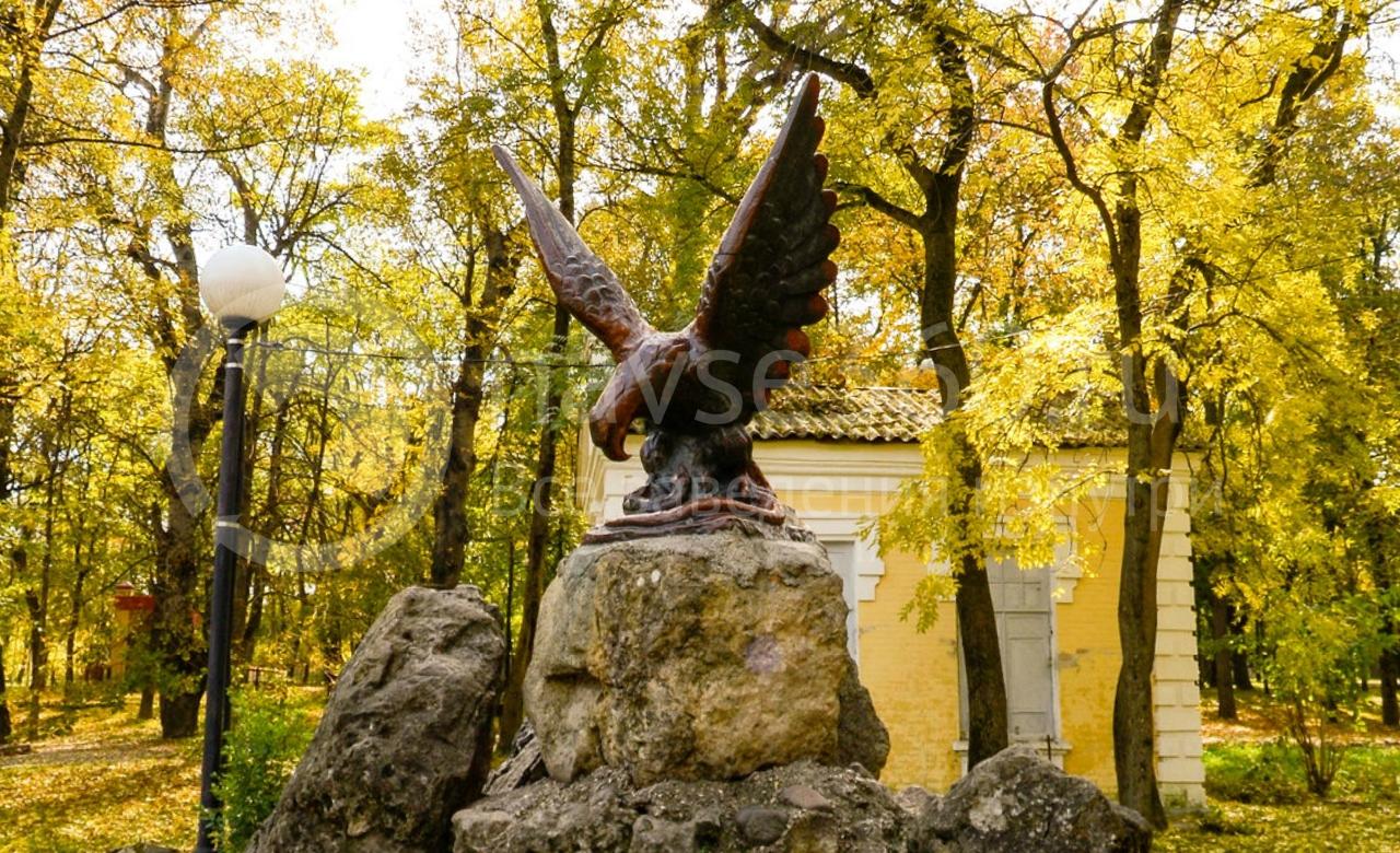 Орел терзающий змею