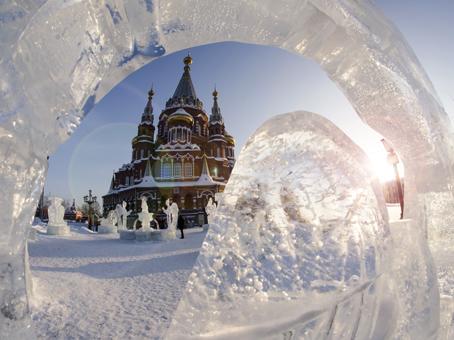 Ледовые скульптуры возле Свято-Михайловского собора